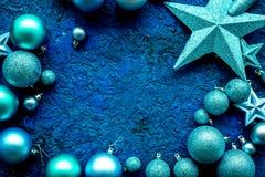 圣诞树与球和星的装饰框架在文本的蓝色背景顶视图空间戏弄 免版税库存照片
