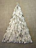 圣诞树做了feom报纸 免版税库存照片