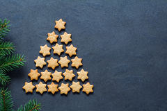 圣诞树做用星形状的曲奇饼 免版税图库摄影