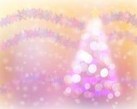 圣诞树光bokeh和雪背景与雪花缠绕 库存图片