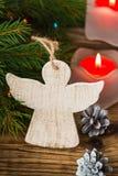 圣诞树分支与在一个木板的天使 图库摄影