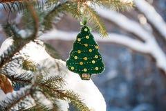 圣诞树分支在有绿色手工制造装饰的森林里 免版税库存照片