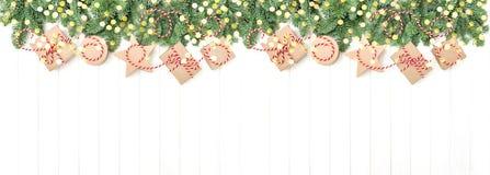 圣诞树分支礼物盒金黄光假日横幅 免版税库存图片