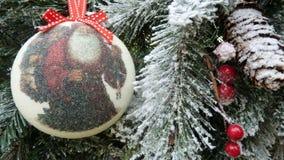 圣诞树分支,白色球,雪 免版税库存图片
