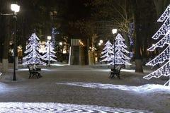 圣诞树发光霓虹在圣诞节的街道上 免版税库存照片