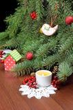 圣诞树和一个灼烧的蜡烛 圣诞节在村庄 库存图片
