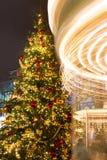 圣诞树和一个转动的转盘 明亮的照明 市场在莫斯科 免版税库存图片