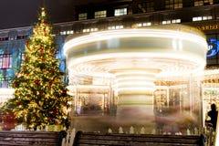 圣诞树和一个转动的转盘 明亮的照明 市场在莫斯科 图库摄影