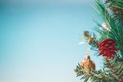 圣诞树和中看不中用的物品在海滩背景 出于水色蓝色s海滩波浪焦点背景  复制的空间 免版税库存照片