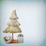 圣诞树和中看不中用的物品在背景老织地不很细很好 免版税库存图片
