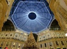 圣诞树和光在圆顶场所屋顶,米兰,意大利下 免版税库存照片