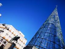 圣诞树和卡洛斯III雕象在佩亚达del Sol广场在马德里,西班牙 库存照片