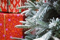 圣诞树和圣诞礼物少量分支  库存图片