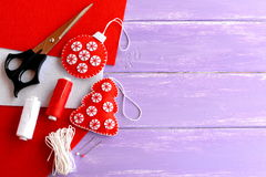 圣诞树和在木背景的球装饰品、剪刀、螺纹,针,红色和白色毛毡片断与空白的地方 免版税库存照片