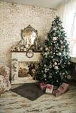 圣诞树和壁炉与扶手椅子 免版税库存照片