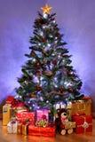 圣诞树和存在 免版税库存图片