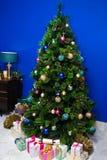 圣诞树和家庭装饰 免版税库存照片