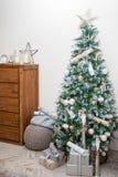 圣诞树和家庭装饰 免版税图库摄影