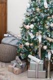 圣诞树和家庭装饰 免版税库存图片