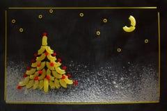 圣诞树和意大利面团夜满天星斗的天空  免版税库存图片