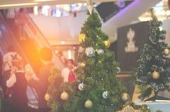 圣诞树和新年有金球ยentagram ภ ee 图库摄影