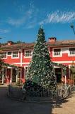 圣诞树和木房子看法在晴天在Penedo 免版税库存照片
