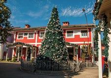 圣诞树和木房子看法在晴天在Penedo 库存照片