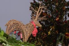 圣诞树和柳条驯鹿在摊位屋顶在Xmas市场上 库存图片