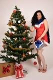 圣诞树和浅黑肤色的男人女孩有礼物的 库存照片