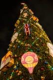 圣诞树和玩具在夜城市的街道 库存照片