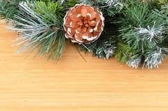 圣诞树和球果 免版税库存图片