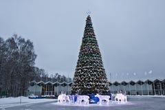 圣诞树和电deers,莫斯科 免版税库存照片
