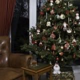 圣诞树和皮椅 免版税图库摄影