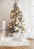 圣诞树和礼品 免版税库存照片