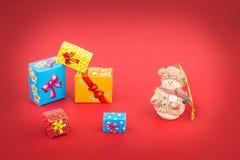 圣诞树和礼物盒的陶瓷小雕象 免版税库存图片