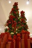 圣诞树和礼物盒 库存照片