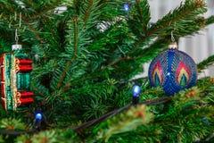 圣诞树和蓝色圣诞节球 新年问候背景 免版税库存图片