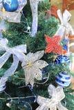 圣诞树和蓝色玩具和花 图库摄影