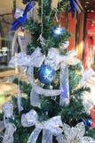 圣诞树和蓝色玩具和花 库存照片