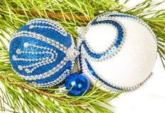 圣诞树和蓝色球与白色闪烁 免版税库存照片