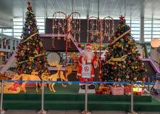 圣诞树和装饰在吉隆坡国际机场2, KLIA2中 库存图片