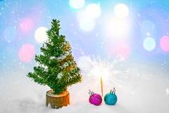 圣诞树和装饰在期间的森林里降雪 横向美丽如画的冬天 免版税图库摄影