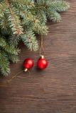 圣诞树和装饰在木背景 库存图片