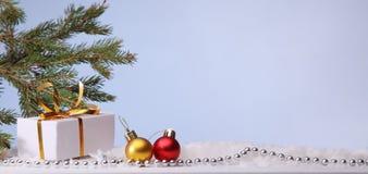 圣诞树和装饰在照明背景 图库摄影