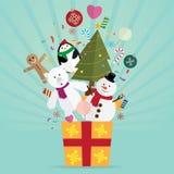 圣诞树和装饰在礼物 免版税图库摄影