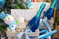 圣诞树和装饰礼物盒 免版税库存照片