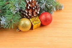 圣诞树和装饰 免版税库存图片