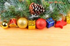 圣诞树和装饰 免版税库存照片