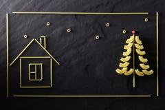 圣诞树和面团房子关闭 免版税库存图片