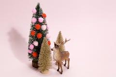 圣诞树和驯鹿 免版税库存图片